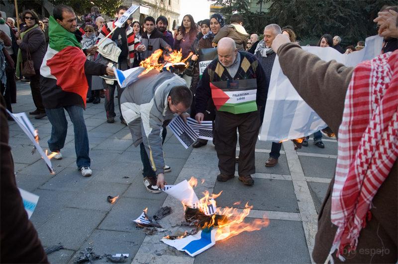 Los peligros de quemar banderas roberto ortiz - Matices santander ...
